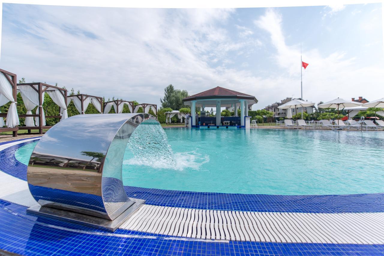 открытый бассейн в загородном комплексе под Киевом WISH family space