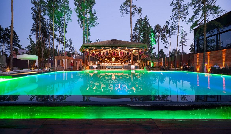 закрытый загородный комплекс с рестораном бассейном лежаками спа-зоной и баней Queen Country Club