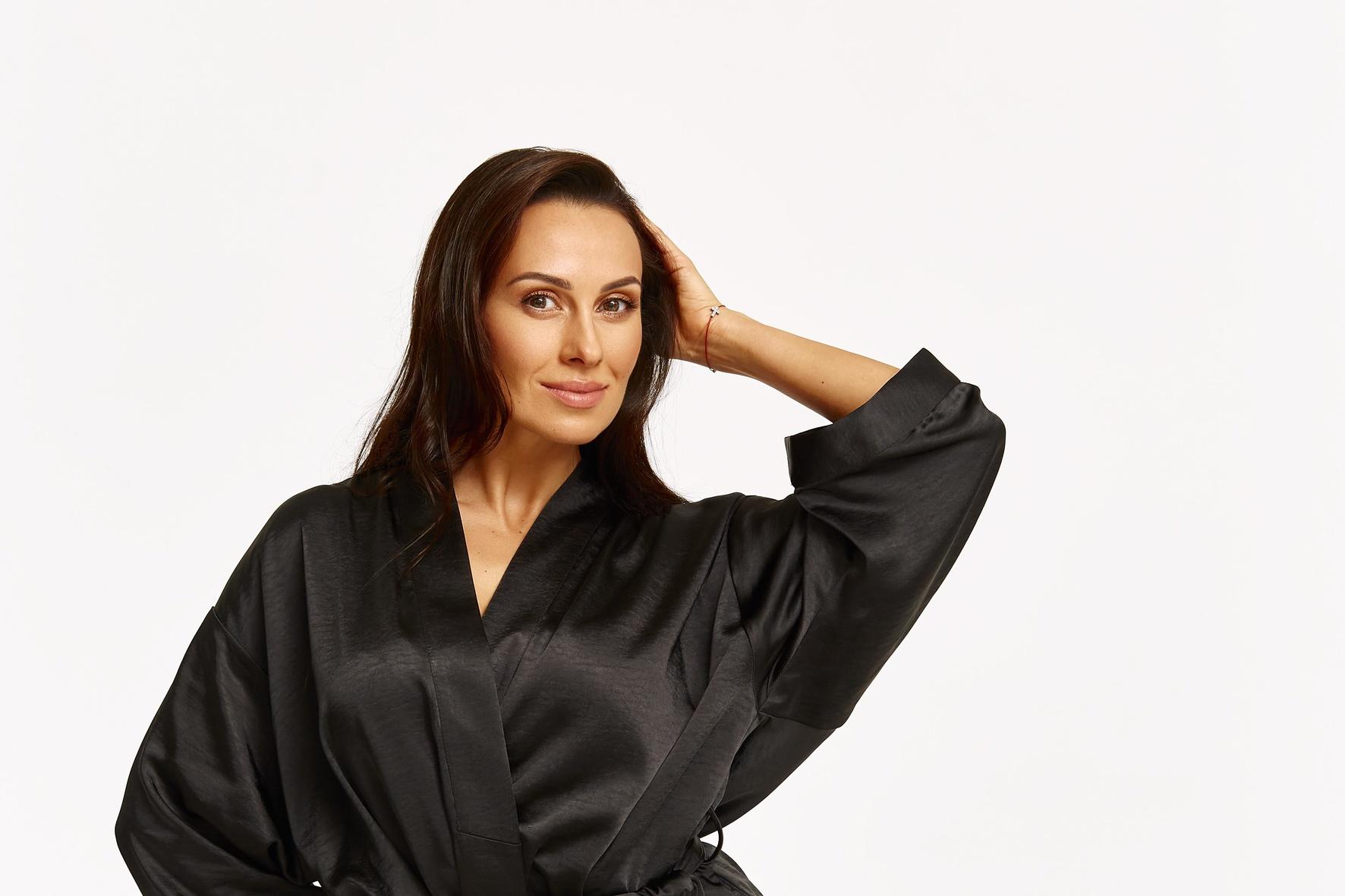 Dj NANA представила капсульную коллекцию сексуальных шелковых халатов